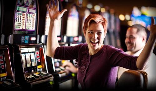 mujer-juega-en-casino