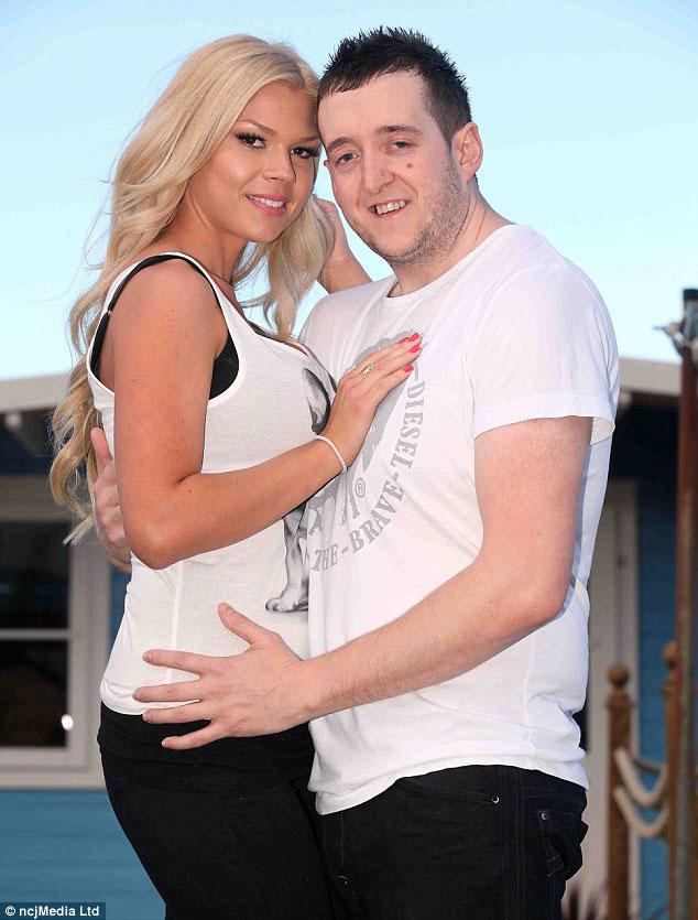 Darren y Kate posan frente cámara antes de haberse casado