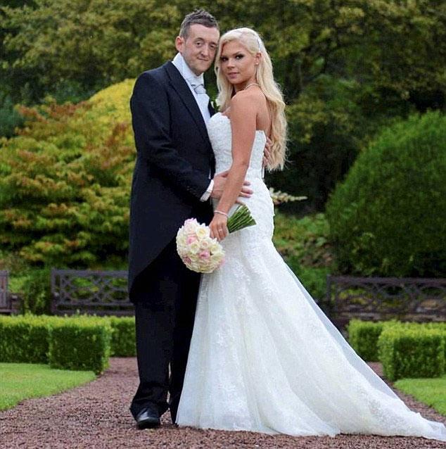 Darren y Kate posan en jardin tras contraer matrimonio